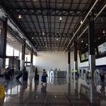 Aun le falta mucho para estar al 100% la mala es que solo el área de vuelos internacionales cuenta con aire acondicionado , para vuelos nacionales hay unos grandes ventiladores 😂😂 que lastima !!!