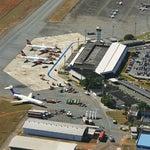 Chegue com antecedência, pois em geral é uma bagunça. O embarque é na pista, você anda por uma faixa azul com sua bagagem de mão até a aeronave.