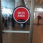 Muchachos muy bonito el aeropuerto pero no sacamos nada si no tiene Internet acorde a su calidad, la wifi que se avisa que está en zona de cafetería no existe !