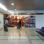 No dejen de visitar la tienda de chocolates venezolanos cerca de la puerta 25, Centro Cacao. Tienen cualquier variedad de chocolates hechos en Venezuela