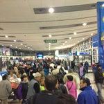 En este aeropuerto de tercer mundo hay que hacer una fila que mide 1/2 aeropuerto para entrar a sala de embarque... Si va a viajar llegue al menos una hora antes que la hora de presentación oficial.