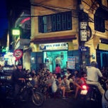 Photo taken at Bia Hơi Corner by Nguyen Huy H. on 8/19/2012