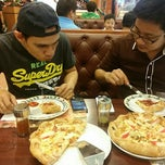 Photo taken at The Pizza Company (เดอะ พิซซ่า คอมปะนี) by Fuyumikie I. on 2/27/2015