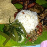Photo taken at Saloma Nasi Lemak Panas & Daun Pisang by Shukor Z. on 3/26/2013