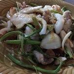 Photo taken at ข้าวต้มปลา (ตรอกถั่วงอก) by Kitty_oh on 5/24/2015