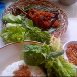 Photo taken at Mie Kocok Bandung Sobur Jaya by eVe a. on 3/5/2014