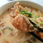 Photo taken at Woo Pin Fish Head Noodles by Anna Bella W. on 9/22/2012