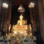 Photo taken at วัดบวรนิเวศวิหารฯ (Wat Bowon Niwet) by 🍇 Monsawan ✨ on 4/21/2013