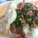 Photo taken at ร้านพี่อ้วน อาหารตามสั่ง by ZuZa Thani C. on 5/21/2013
