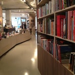 Das Foto wurde bei ocelot, not just another bookstore von ( ᐛ👐) エ. am 11/20/2012 aufgenommen