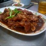 Photo taken at บะหมี่ แสบ X2 (Noodle+Khamoo Restaurant) by Medy Puteri P. on 11/9/2012