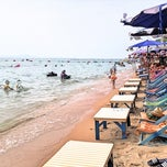 Photo taken at หาดจอมเทียน (Jomtien Beach) by Chalinee T. on 10/14/2012