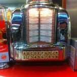 Photo taken at Ed's Easy Diner by Candan Eroğlu K. on 11/30/2012