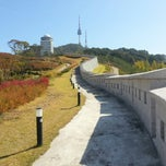 Photo taken at 서울성곽 남산 (Seoul Namsan Fortress Wall Trail) by Steven K. on 10/15/2012