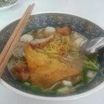 Photo taken at ย่งเส็ง ก๋วยเตี๋ยวลูกชิ้นปลา by Njoy P. on 4/14/2014
