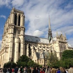 Photo taken at Cathédrale Notre-Dame de Paris by Alesya K. on 6/23/2013