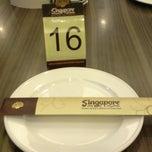 Photo taken at Singapore Kwetiaw Kerang & Seafood by Kumala D. on 12/28/2014