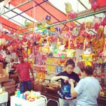 Photo taken at Chinatown Complex Market & Food Centre by CoolNerd on 9/19/2012