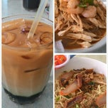 Photo taken at Mei Mei Food Court (美美) by KhuNni O. on 4/11/2015