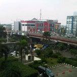 Photo taken at Menara Peninsula Hotel Jakarta by Richky M. on 1/30/2013
