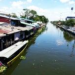 Photo taken at ตลาดบ้านแพ้ว by Wasara R. on 9/20/2014