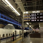 Photo taken at JR 新大阪駅 25-26番線ホーム by kotarou h. on 11/5/2012