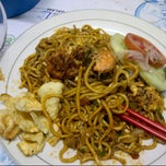 Photo taken at Mie Aceh & Teh Tarik Bang Amad by Mey S. on 5/3/2014