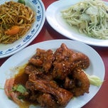 Photo taken at 香港街珍达记 (XO Crab Bee Hoon) by Lawrence C. on 9/25/2012