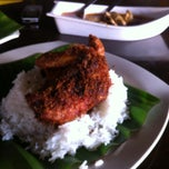 Photo taken at Nasi Kukus Ayam Dara by Yugan b. on 5/16/2013