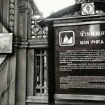 Photo taken at บ้านพระอาทิตย์ (Ban Phra Athit) by Karn S. on 11/1/2014