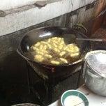 Photo taken at Tempe Mendoan Tahu Slawi Barito M. Nasir A by Baby S. on 1/18/2014