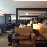 Photo taken at 国際線 JAL サクララウンジ (JAL Sakura Lounge - International Terminal) by yoshimitsu s. on 6/12/2013