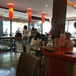 Photo taken at Café DoiTung (คาเฟ่ ดอยตุง) by Wuttinan W. on 3/17/2013