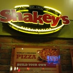 Photo taken at Shakey's Pizza Parlor by Ricardo B. on 4/27/2013