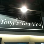 Photo taken at Yong Tau Fu @ B1 Koufu Cineleisure by Yanny P. on 3/25/2011