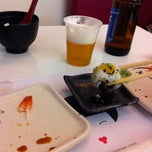 Photo taken at Oishii Sushi & Ramen by Alvaro V. on 9/27/2011