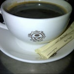 Photo taken at The Coffee Bean & Tea Leaf by M. Jeffri R. on 8/4/2012