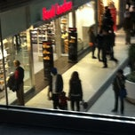 Photo taken at Foot Locker by Akwasi B. on 10/29/2011