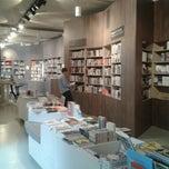 Das Foto wurde bei ocelot, not just another bookstore von Anett G. am 8/24/2012 aufgenommen