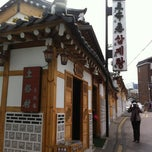 Photo taken at 토속촌 삼계탕 (Tosokchon Samgaetang) by Minji S. on 4/13/2012