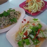 Photo taken at Hai ส้มตำคอนแวนต์ (Som Tum Convent) by laylai ห. on 8/17/2012