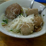 Photo taken at Bakso Jawir by Yuvie S. on 5/25/2012