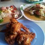 Photo taken at เจ้นก ราชบุรี แซบยำ ตำนัว by Dhanida P. on 7/19/2012