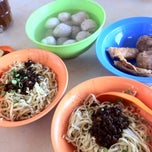 Photo taken at Famous Hakka Mee (客家面) by Chloe on 2/25/2012