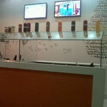 Photo taken at Tutti Frutti Frozen Yogurt by Lali E. on 8/19/2012