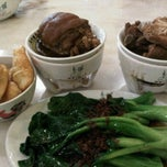 Photo taken at Pao Xiang Bak Kut Teh (宝香绑线肉骨茶) by Cynthia O. on 2/5/2012