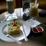 Photo taken at EXCELSO Café by rhenny a. on 7/9/2011