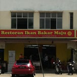 Photo taken at Restoran Ikan Bakar Maju, Shah Alam by Muzaffar G. on 2/19/2011