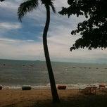 Photo taken at หาดจอมเทียน (Jomtien Beach) by จ้อนน้อย ค. on 8/29/2012