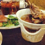 Photo taken at Pao Xiang Bak Kut Teh (宝香绑线肉骨茶) by Brian P. on 3/31/2012